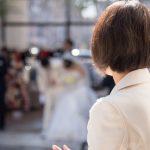 結婚式を見つめる女性